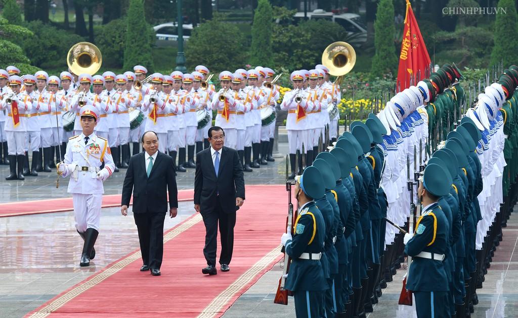 Chùm ảnh: Thủ tướng Nguyễn Xuân Phúc đón, hội đàm với Thủ tướng Campuchia - ảnh 2