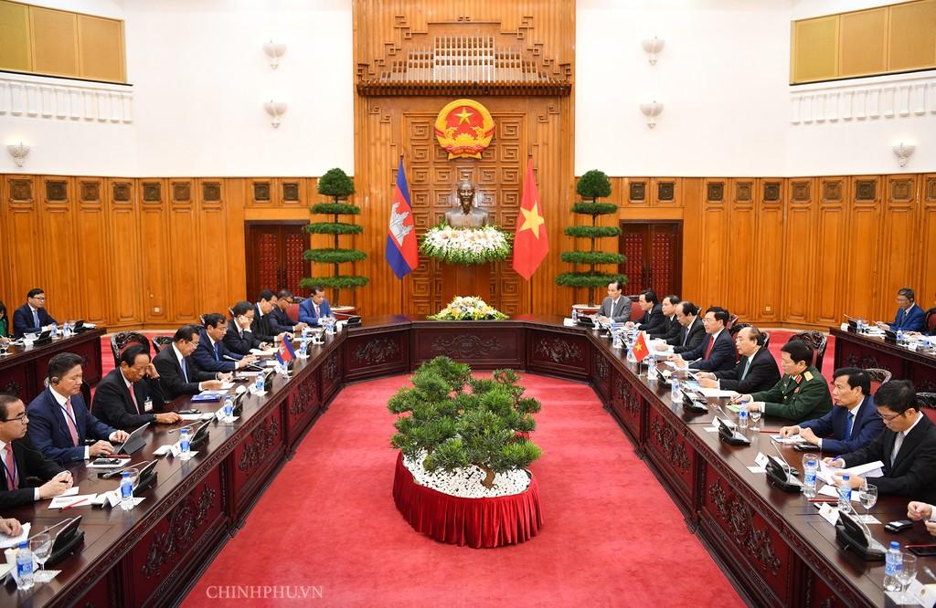 Chùm ảnh: Thủ tướng Nguyễn Xuân Phúc đón, hội đàm với Thủ tướng Campuchia - ảnh 5