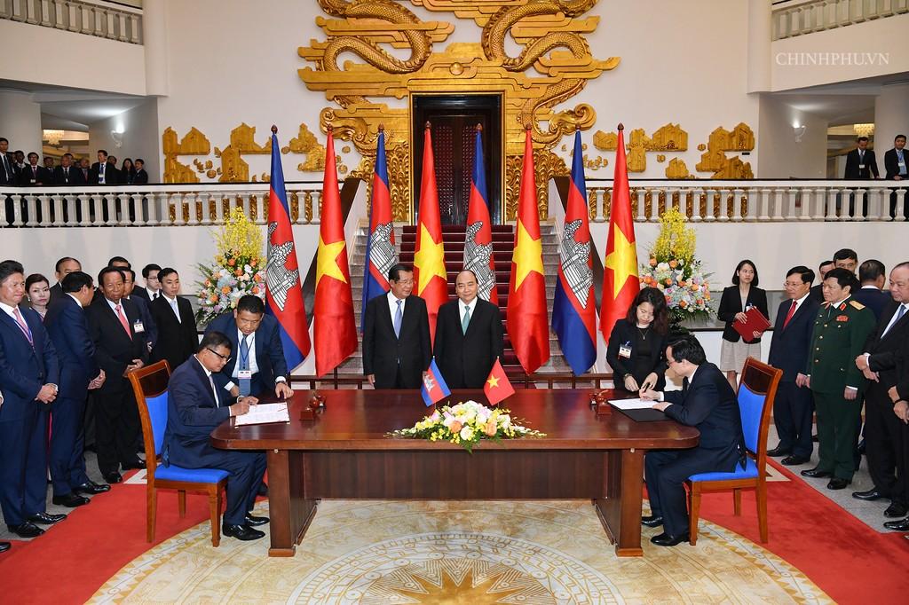 Chùm ảnh: Thủ tướng Nguyễn Xuân Phúc đón, hội đàm với Thủ tướng Campuchia - ảnh 8
