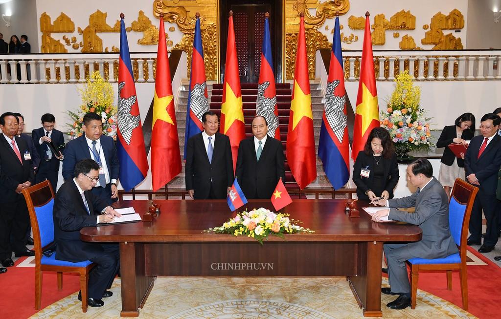 Chùm ảnh: Thủ tướng Nguyễn Xuân Phúc đón, hội đàm với Thủ tướng Campuchia - ảnh 9
