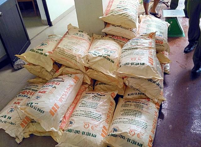 Các bao tải tang vật nghi là cyanua đã bị tạm giữ