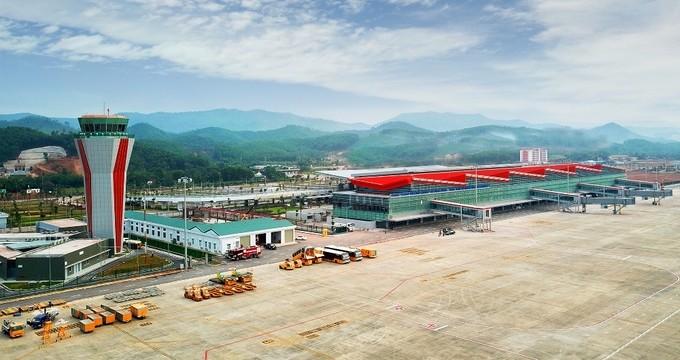 Cảng hàng không quốc tế Vân Đồn khởi công từ năm 2015 tại xã Đoàn Kết, huyện Vân Đồn (Quảng Ninh), trên diện tích 325 ha, được đầu tư theo hình thức BOT với tổng mức đầu tư khoảng 7.700 tỷ đồng. Đến nay tất cả các hạng mục đã hoàn thiện để chuẩn bị khai t