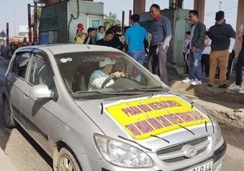 Một số tài xế tụ tập phản đối thu phí tại trạm BOT Bắc Thăng Long ngày 18/12.