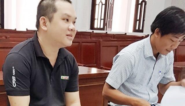 Hoàng (trái) và Kha tại tòa.