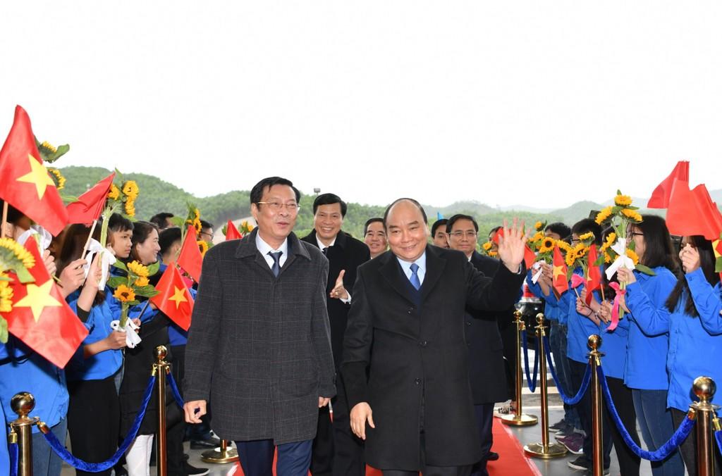 Thủ tướng đi chuyến bay đầu tiên xuống Vân Đồn - ảnh 2