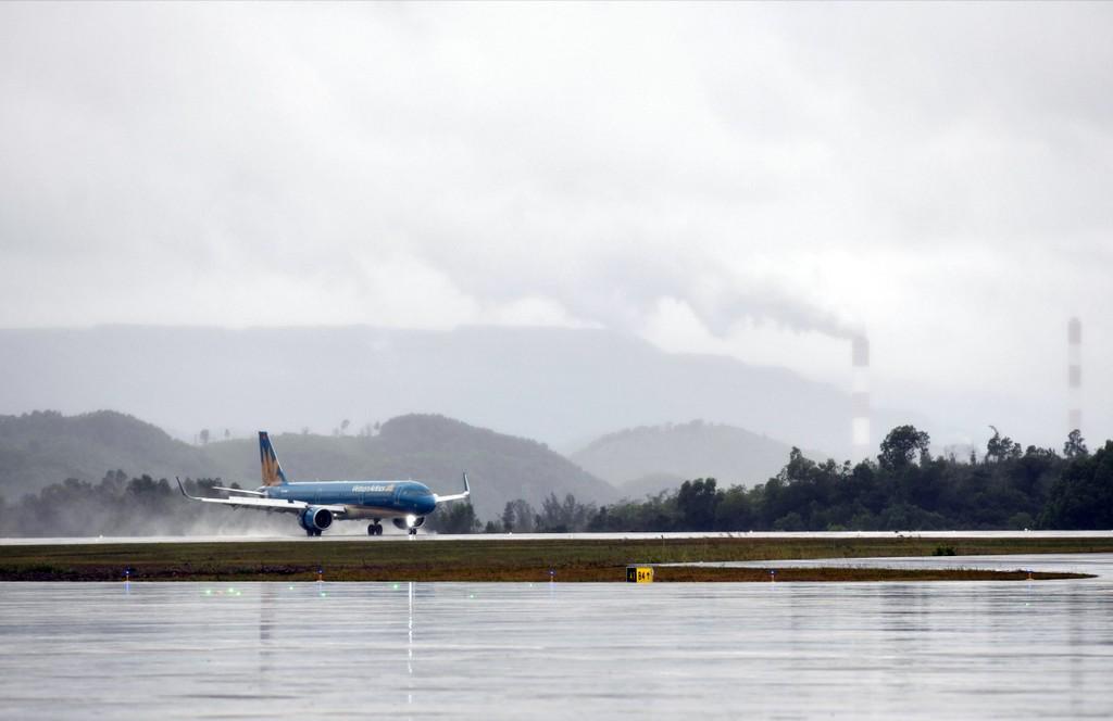 Thủ tướng đi chuyến bay đầu tiên xuống Vân Đồn - ảnh 3