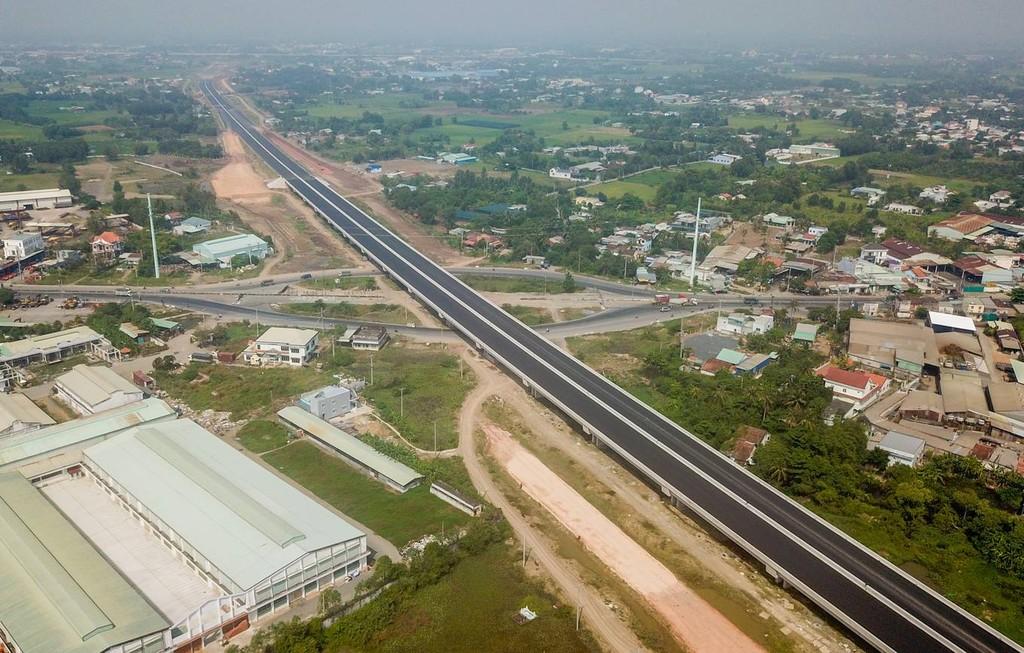 Cao tốc Bến Lức - Long Thành dài 57,7 km, vốn đầu tư hơn 31.000 tỷ đồng (khoảng 1,6 tỷ USD), được khởi công tháng 7/2014, đi qua các tỉnh Long An, TP HCM và Đồng Nai. Đây là dự án đường bộ cao tốc dài và lớn nhất miền Nam, dự kiến thông xe cuối năm 2018.