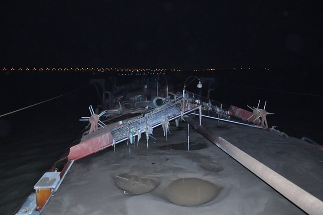 """Bắt quả tang 2 tàu """"cát tặc"""" khai thác trái phép trên sông Hồng ngày cuối năm - ảnh 1"""
