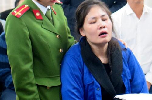 Nữ cảnh sát dẫn giải phải liên tục động viên bà Mai giữ bình tĩnh tại phiên tòa ngày 27/12.