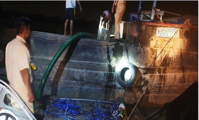 Cảnh sát đường thủy, Công an TPHCM chặn bắt tàu công suất lớn bơm hút cát lậu trên sông Đồng Nai ngay trong đêm mưa bão.