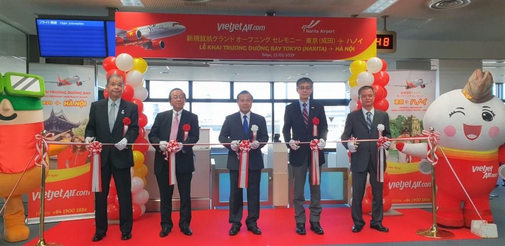 Ông Vũ Hồng Nam, Đại sứ Việt Nam tại Nhật Bản (giữa), ông Yasuo Ishii, đại diện Bộ Đất đai, Hạ tầng, Vận tải và Du lịch Nhật Bản (thứ 2, phải),  ông Makoto Natsume, Chủ tịch kiêm Giám đốc Sân bay Quốc tế Narita (thứ 1, trái) và ông Đỗ Xuân Quang, Phó tổng