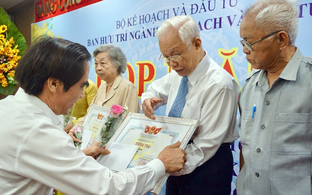 Bí thư Đảng ủy, Thứ trưởng Bộ KH&ĐT Nguyễn Văn Trung mừng thọ các cán bộ hưu trí ngành Kế hoạch và Đầu tư tại TPHCM. Ảnh: Văn Huyền