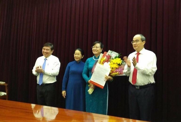 Bí thư Thành ủy TPHCM Nguyễn Thiện Nhân trao quyết định nghỉ hưu cho bà Nguyễn Thị Quyết Tâm
