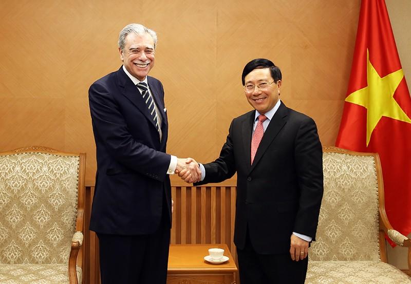 Phó Thủ tướng Phạm Bình Minh và ông Carlos Gutierrez, nguyên Bộ trưởng Thương mại Hoa Kỳ, Chủ tịch Tập đoàn Albright Stonebridge - Ảnh: VGP