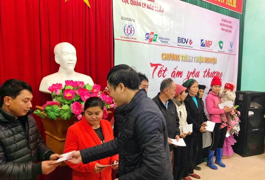 Cục Quản lý đấu thầu, Báo Đấu thầu trao hàng trăm suất quà Tết cho các hộ nghèo huyện Văn Quan (Lạng Sơn) và huyện Nam Đàn (Nghệ An) - ảnh 1