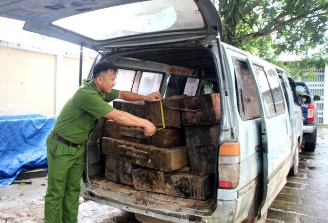 10 phách gỗ lậu được lực lượng chức năng phát hiện ngày 20/1 trên xe ô tô mang BKS 43H-6531