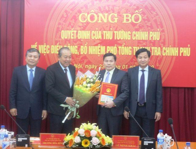 Phó Thủ tướng thường trực Trương Hoà Bình trao quyết định và tặng hoa chúc mừng Tân Phó Tổng Thanh tra Chính phủ Trần Văn Minh (Ảnh: TTCP).