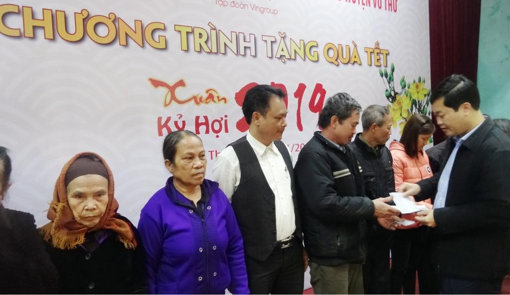 Báo Đấu thầu trao 300 suất quà Tết cho các hộ nghèo tỉnh Thái Bình - ảnh 1