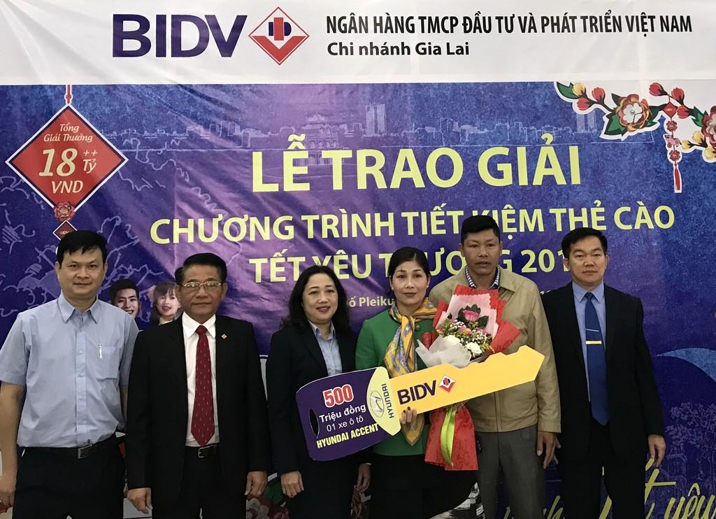 Ông Trương Vĩnh Minh – Giám đốc BIDV Gia Lai thay mặt BIDV đã trao giải đặc biệt của chương trình cho bà Phạm Thị Thu.