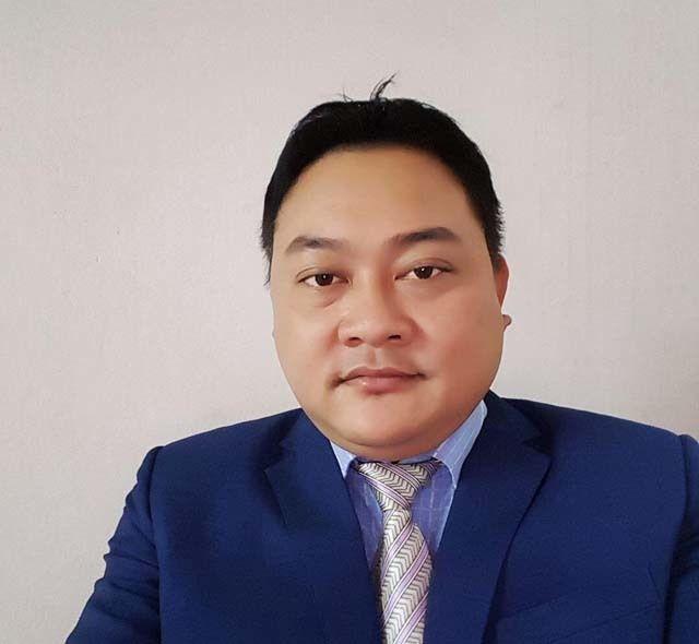 Để các nạn nhân tin tưởng, Lê Quang Hòa nổ là cán bộ Sở Nội vụ, ăn mặc bảnh bao, thường xuyên đăng tải trên facebook cá nhân hình ảnh thân thiết với một số người có địa vị xã hội.