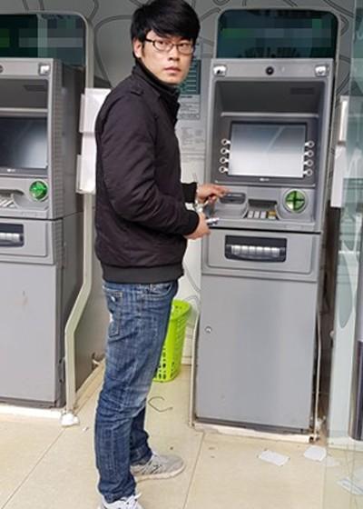 Hai cây ATM bị cài 'máy' ăn trộm dữ liệu của khách hàng - ảnh 1