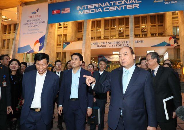 Chiều tối 24/2, Thủ tướng Nguyễn Xuân Phúc bất ngờ quay lại kiểm tra các công việc đã giao buổi sáng cùng ngày ở Trung tâm báo chí quốc tế