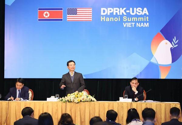 Từ trái qua phải: Chủ tịch UBND thành phố Hà Nội Nguyễn Đức Chung, Bộ trưởng Thông tin và Truyền thông Nguyễn Mạnh Hùng, Thứ trưởng Bộ Ngoại giao Lê Hoài Trung chủ trì cuộc họp báo.
