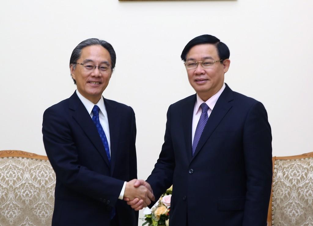 Phó Thủ tướng Vương Đình Huệ và Chủ tịch Công ty dịch vụ tài chính Aeon Masaki Suzuki - Ảnh: VGP