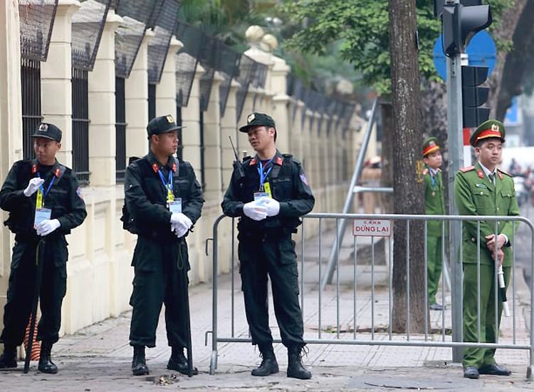 Chủ tịch Kim Jong-un đến Đại sứ quán Triều Tiên - ảnh 2