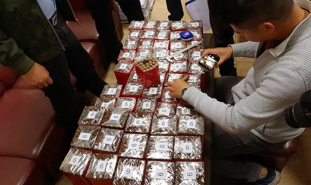 Lực lượng chức năng kiểm tra số xì gà tạm giữ.