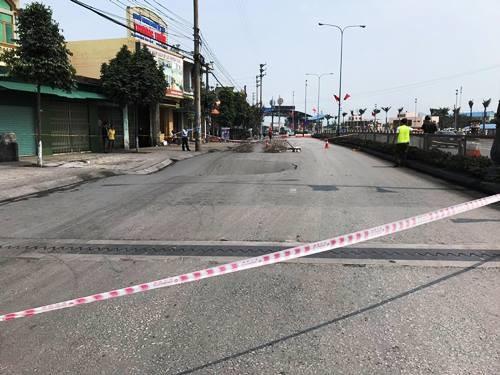 'Hố tử thần' xuất hiện trên quốc lộ ở Quảng Ninh - ảnh 1
