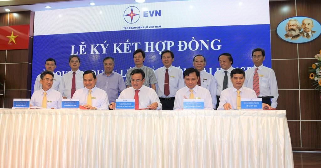 Ông Dương Quang Thành (giữa) đại diện HĐTV EVN ký hợp đồng ủy quyền quản lý phần vốn nhà nước của EVN tại EVNSPC