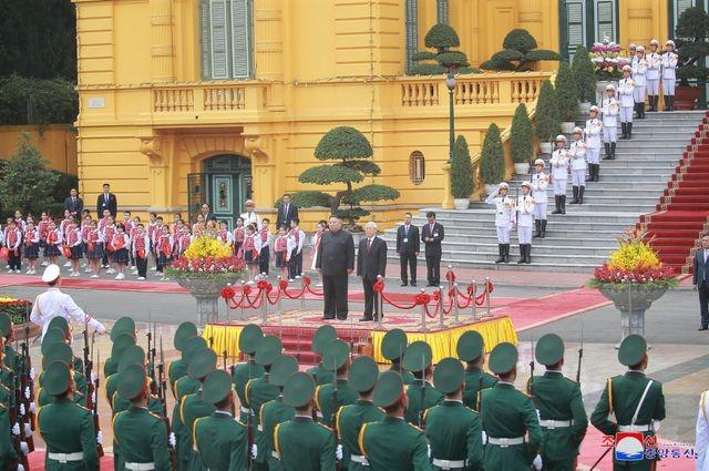 Truyền thông Triều Tiên đăng bộ ảnh ấn tượng về chuyến thăm Việt Nam của ông Kim Jong-un - ảnh 1