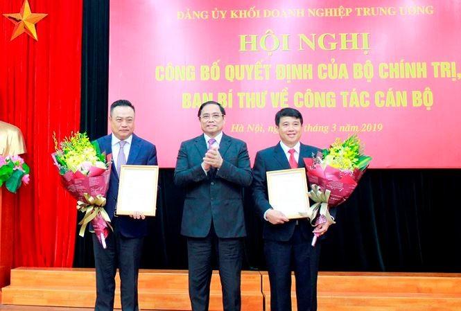 Đồng chí Phạm Minh Chính trao quyết định cho đồng chí Y Thanh Hà Niê Kđăm và đồng chí Trần Sỹ Thanh.