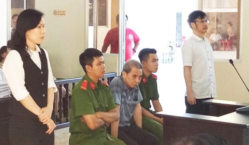 Bị cáo Quách Lạc (ngồi giữa) cùng bà hai bị cáo nghe tuyên án