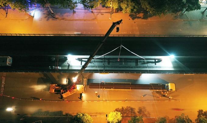Công nhân trắng đêm chuyển ray lên đường sắt trên cao ở Hà Nội - ảnh 1