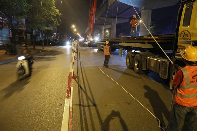 Công nhân trắng đêm chuyển ray lên đường sắt trên cao ở Hà Nội - ảnh 2