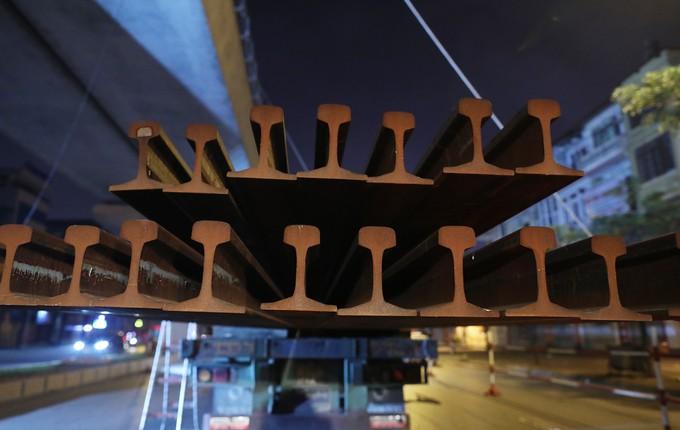 Công nhân trắng đêm chuyển ray lên đường sắt trên cao ở Hà Nội - ảnh 3
