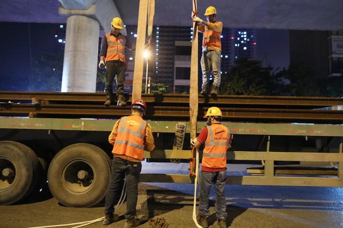 Công nhân trắng đêm chuyển ray lên đường sắt trên cao ở Hà Nội - ảnh 5