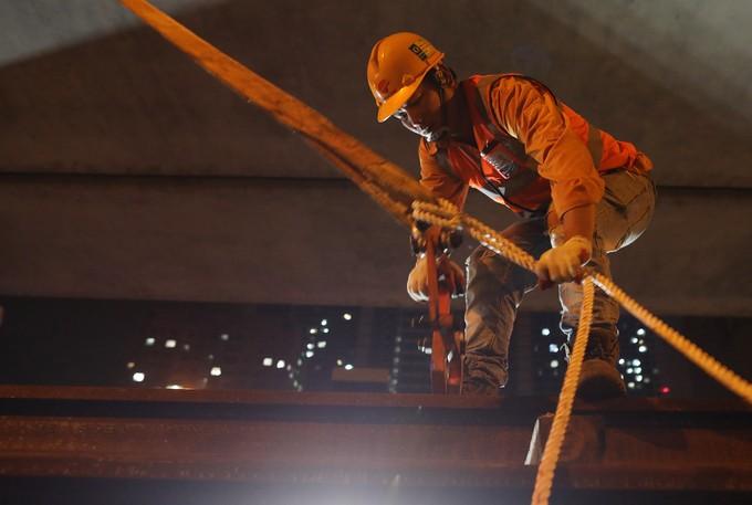 Công nhân trắng đêm chuyển ray lên đường sắt trên cao ở Hà Nội - ảnh 6