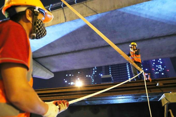 Công nhân trắng đêm chuyển ray lên đường sắt trên cao ở Hà Nội - ảnh 7