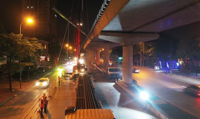 Công nhân trắng đêm chuyển ray lên đường sắt trên cao ở Hà Nội - ảnh 8