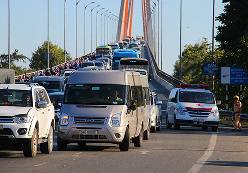 Kẹt xe nối dài trên cầu Rạch Miễu dịp Tết Kỷ Hợi.