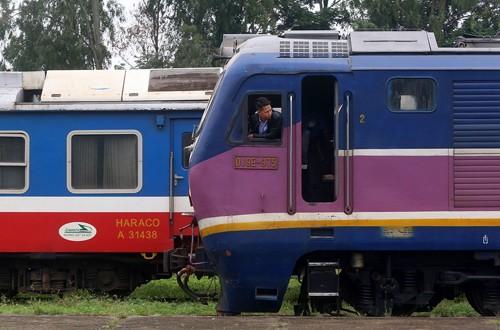 Mỗi ngày tại ga Yên Viên có hai chuyến tàu khách đi Lào Cai