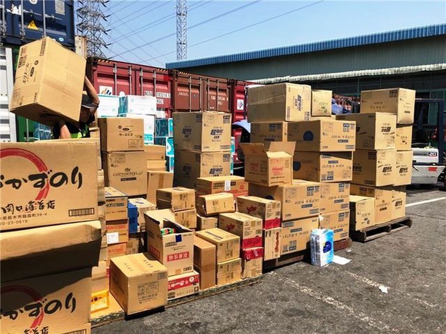 """Hàng chục tấn hàng lậu do doanh nghiệp """"ma"""" nhập về bị lực lượng hải quan TPHCM phát hiện."""