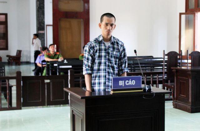 Bị cáo Lưu Hoàng Vũ đứng trước bục khai báo