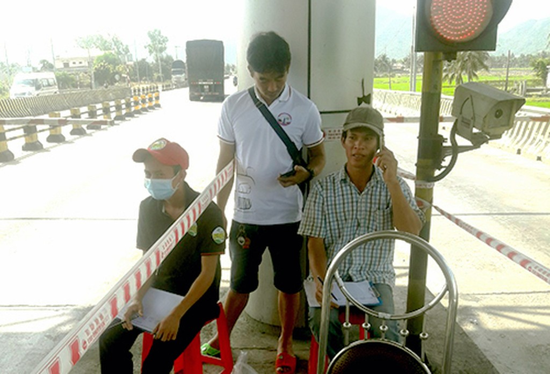 Người dân đếm từng lượt xe qua trạm thu phí Ninh Lộc.
