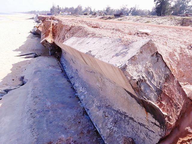 Bình Định: Kè biển 80 tỷ vừa sử dụng đã bị sóng đánh