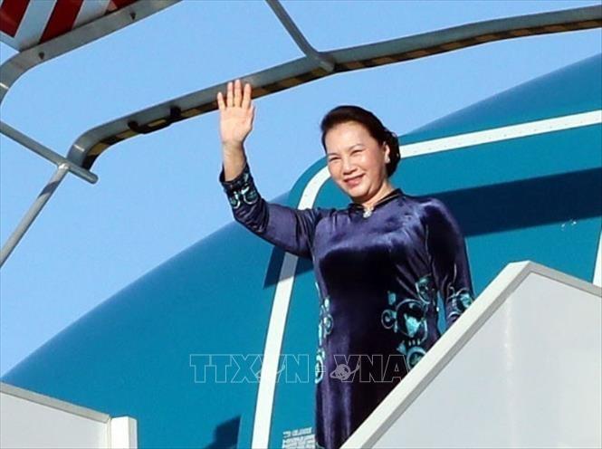 Chủ tịch Quốc hội đến sân bay Orly, thủ đô Pari.