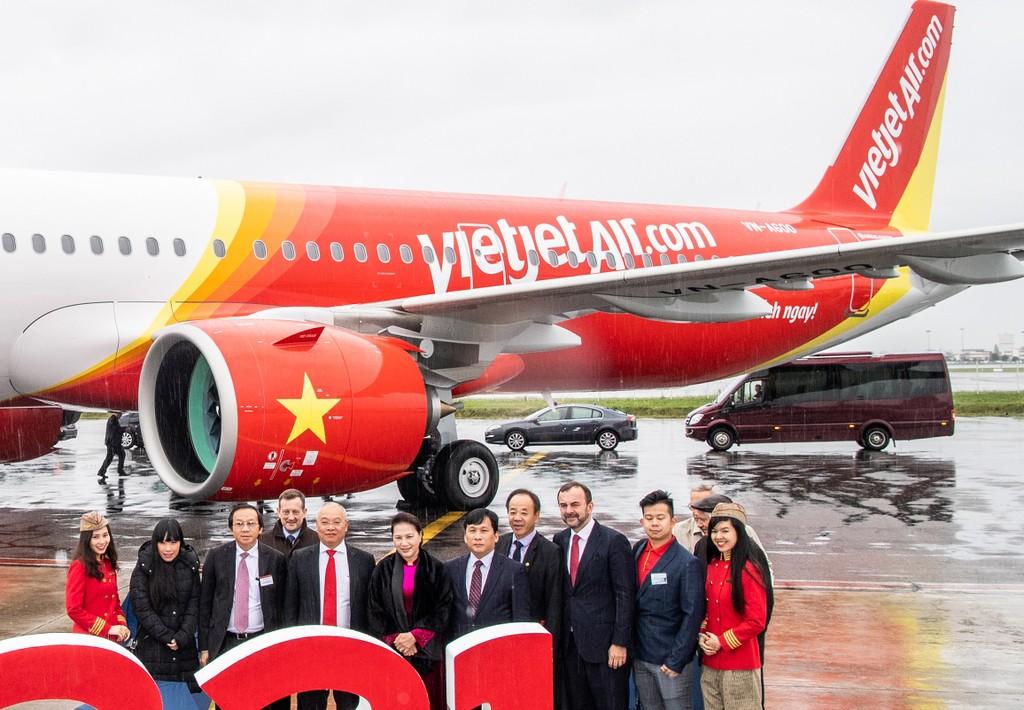 Chủ tịch Quốc hội Nguyễn Thị Kim Ngân, các lãnh đạo cấp cao của Quốc hội Việt Nam và đại diện lãnh đạo của Vietjet, Airbus cắt băng khai trương tàu bay A321neo